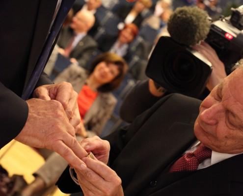 Willibald Dörfler bei der Übergabe des Ehrenrings mit Senatsvorsitzendem Norbert Frei | Foto: aau/Hoi