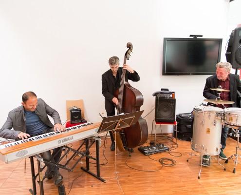 Musikalische Begleitung: Emil Krištof, Pianist Karen Asatrian und Bassist Stefan Gfrerrer | Foto: aau/Waschnig