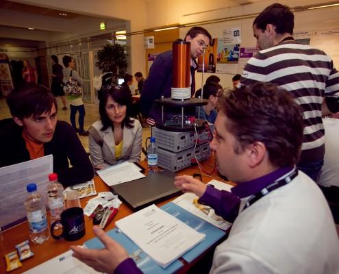 Die Technik informiert über ihre Studien | Foto: aau/Wagner