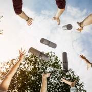 AbsolventInnen werfen Rollen in die Luft | Foto: aau/tinefoto.com