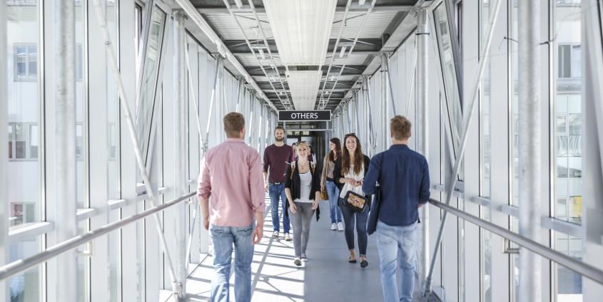 Studierende im Glasgang der AAU | aau/tinefoto.com