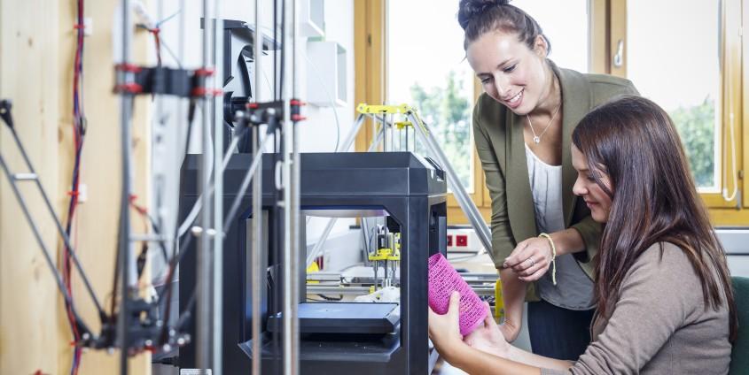 Studierende am 3-D-Drucker
