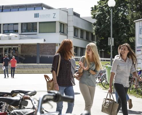 Studierende vor Haupteingang | aau/tinefoto.com