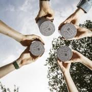AbsolventInnen halten Rollen in die Luft | Foto: aau/tinefoto.com