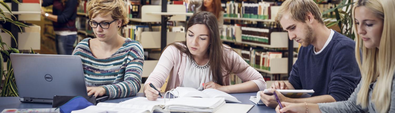 Studierende in der Bibliothek| Foto: aau/tinefoto.com