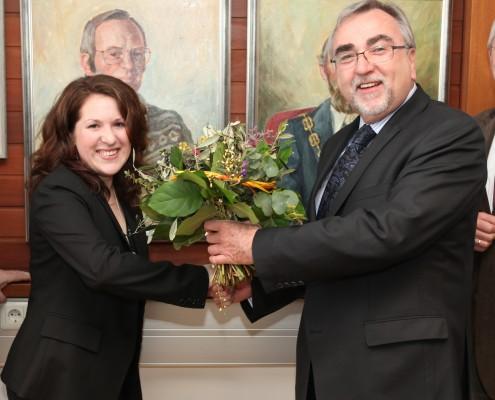 Rektor Mayr übergibt einen Blumenstrauß an Katrin Blatnik | Foto: aau/Hoi
