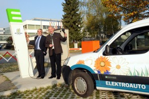 Rektor Mayr und LH Gerhard Dörfler eröffneten an der Alpen-Adria-Universität eine E-Ladestation für Elektrofahrzeuge | Foto: aau/Bodner