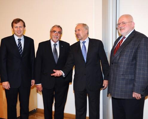 v.l.n.r. Dekan Schwarz, Rektor Mayr, OeNB-Gouverneur Prof. Nowotny, Prof. Neck | Foto: aau/Wallner
