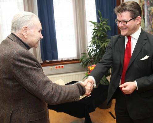 Senatsvorsitzender Oliver Vitouch verlieh die Ehrenbürgerschaft. | Foto: aau/Hoi