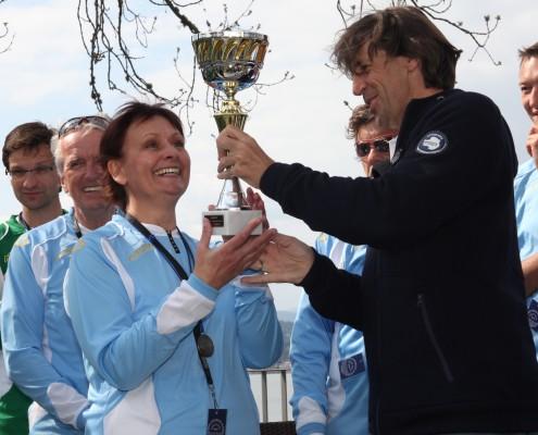Pokalverleihung an das Siegerteam der Amateur-Vierer-Regatta | Foto: aau/Hoi