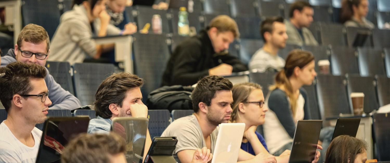 Studierende bei Vorlesung | Foto: aau/Hoi