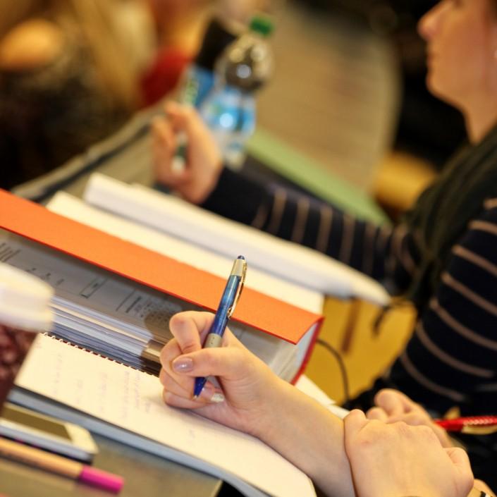 Studierende mit Unterlagen