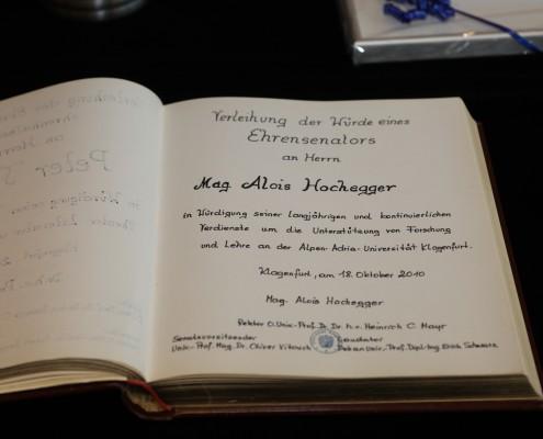 Eintrag im Ehrenbuch der Alpen-Adria-Universität   Foto: aau/Hoi