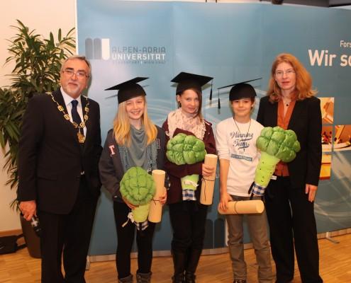 Vizerektorin Friederike Wall und Rektor Heinrich C. Mayr mit den GewinnerInnen bei der Verlosung   Foto: aau/Hoi