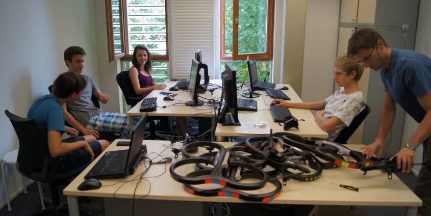 IT Ferialpraktikum 2015 Projektgruppe Autonome Drohnen|Foto: aau/tewi