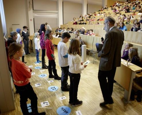Kinder in Aktion beim Erarbeiten von gemeinsamen Wissen | Foto: aau/Puch