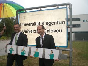 Giuseppe Amorini (links) und Luigi Lerose erweitern die Ortstafel um die Gebärdensprache an der AAU | Foto: aau/KK