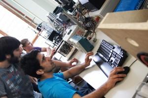 Technik-Studierende im Labor | Foto: aau/KK