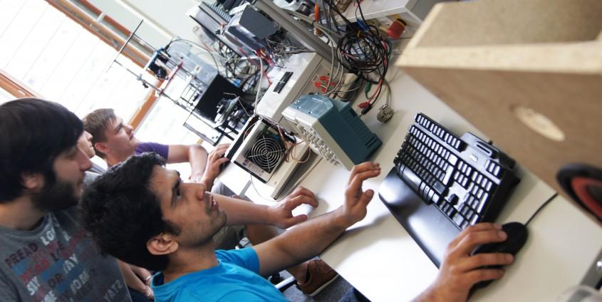 Technik-Studierende im Labor