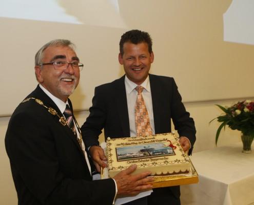 Bürgermeister Christian Scheider überbringt Rektor Heinrich C. Mayr seine Glückwünsche | Foto: aau/KK