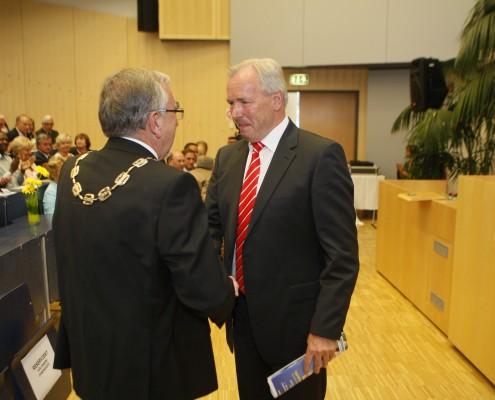Landeshauptmann Gerhard Dörfler gratuliert Rektor Heinrich C. Mayr | Foto: aau/KK