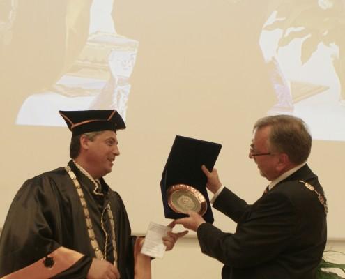 Rektor Prof. Dr. Artan Haxhi von der Universität Shkodra (Albanien) überreicht sein Geburtstagsgeschenk | Foto: aau/KK