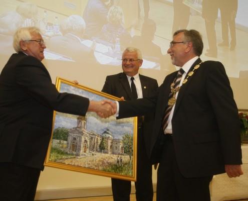 _ Rektor Yury Byelyaev und Vizerektor Alexandr Spivakovsky von der Universität Cherson (Ukraine) übergeben ihr Geschenk zum Jubiläum | Foto: aau/KK