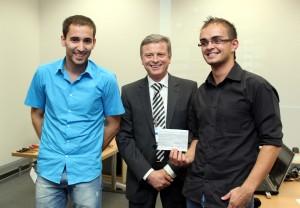Christoph Unterrieder und Dominik Egarter mit dem Präsidenten von TI Europe, Dr. Jean-Francois Fau.| Foto: aau/KK