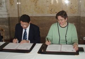 Generalsekretär Taleb Rifai unterzeichnet Vertrag mit Dekanin Verena Winiwarter | Foto: BMWFJ//Ingrid Wehrmann