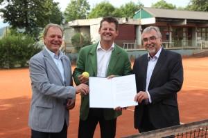 Vizebürgermeister Albert Gunzer, Bürgermeister Christian Scheider und Rektor Heinrich C. Mayr mit dem unterzeichneten Vertrag | Foto: aau/Hoi