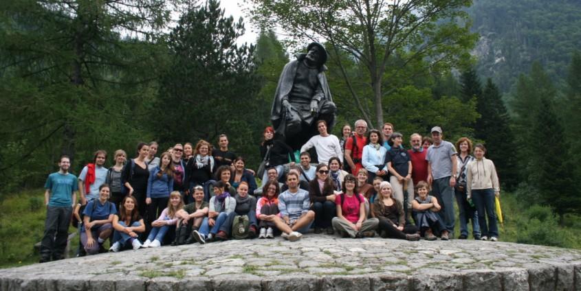 TeilnehmerInnen des Sommerkollegs beim Kugy-Denkmal im Trentatal | Foto: aau/KK