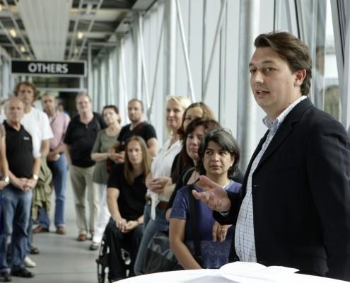 Marc Hill erklärt das Ausstellungskonzept | Foto: aau/Puch
