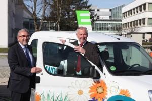 Gerhard Dörfler und Heinrich C. Mayr starten eine Testfahrt mit dem eAuto   Foto: aau/Hoi