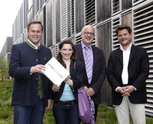 v.l.n.r.: Harald Dobernig, Romina Spitzer (Gewinnerin des iPad), Hans Schönegger und Oliver Vitouch | Foto: aau/Puch