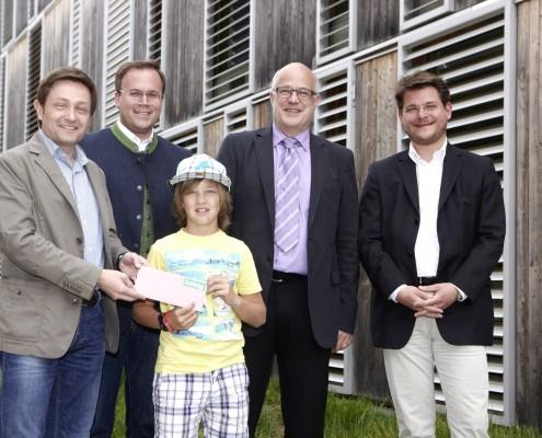 v.l.n.r.: Michael Marketz, Harald Dobernig, Niko Köfer (Gewinner des Ballonflugs), Hans Schönegger und Oliver Vitouch | Foto: aau/Puch