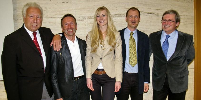 Die PreisträgerInnen (v.li.) Gustav Tengg, Diane Tiefenbacher und Christian Kogler mit Prof. Martin Seger (links im Bild) und Ass.Prof. Mandl | Foto: fenstergucker.com