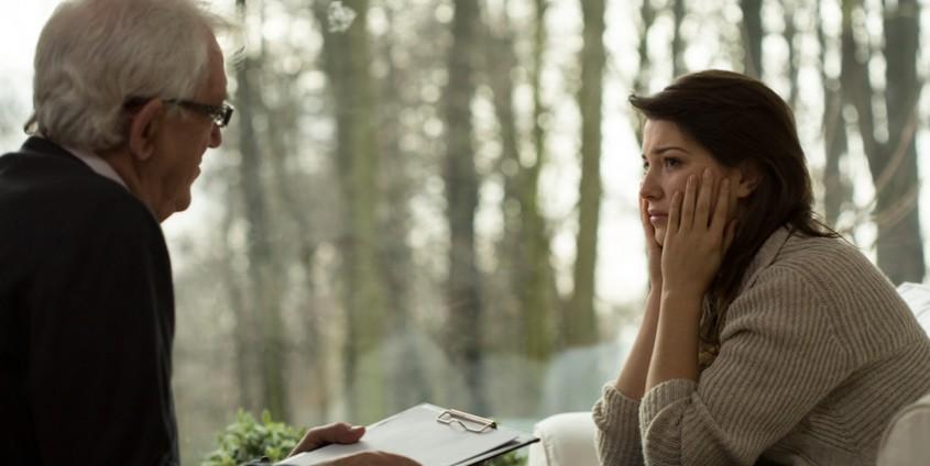 junge Frau sitzend bei der Psychotherapie