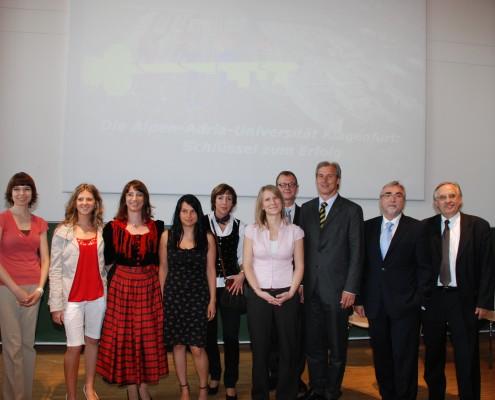 PreisträgerInnen Alpen-Adria-Forschungspreis mit LR Martinz   Foto: aau/Wassner
