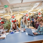 Studierende in der Bibliothek der AAU|Foto: aau/tinefoto.com