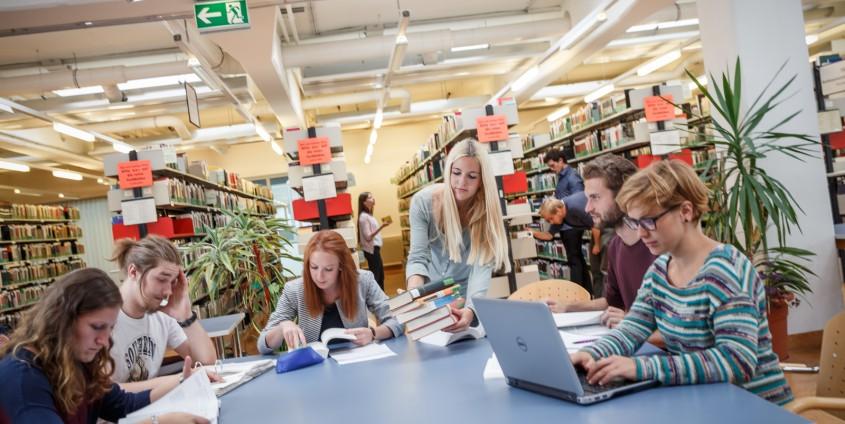 Studierende in der Bibliothek der AAU