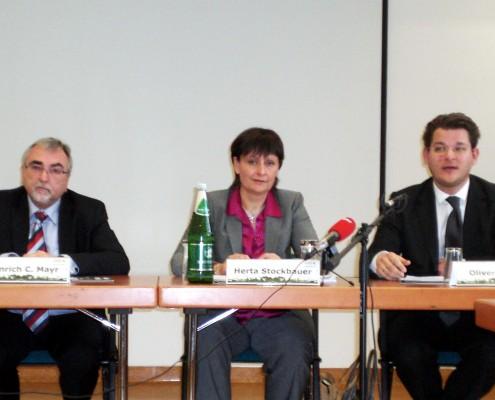 v.l.n.r.: Heinrich C. Mayr, Herta Stockbauer, Oliver Vitouch | Foto: aau/KK