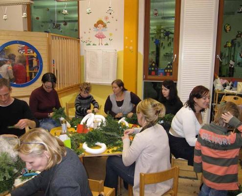 Adventkranzbinden | Foto: aau/Familienservice