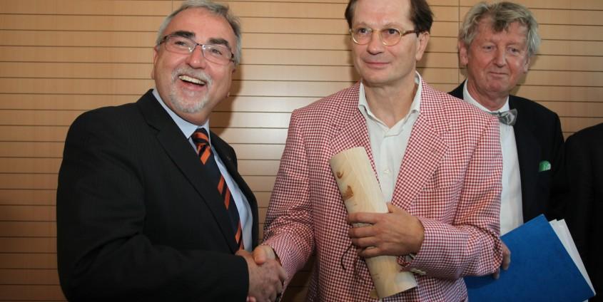 Rektor Mayr mit Ehrendoktor Josef Winkler | Foto: aau/Hoi