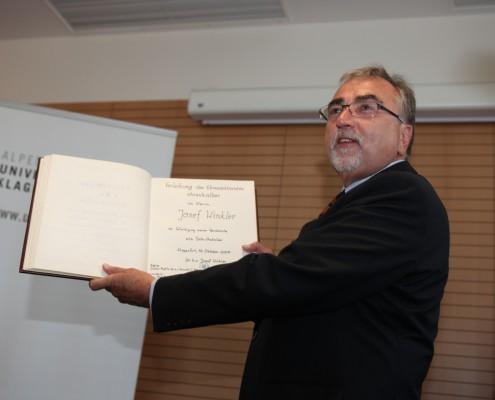 Rektor Mayr präsentiert den Eintrag im Ehrenbuch der Universität | Foto: aau/Hoi
