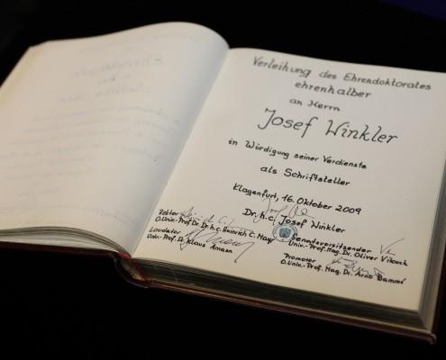 Ehrenbuch der Universität | Foto: aau/Hoi
