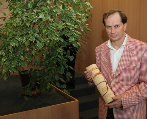 Josef Winkler mit Promotionsurkunde | Foto: aau/Hoi