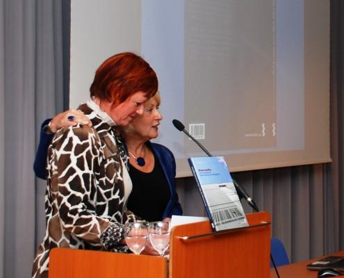 Vizerektorin und Herausgeberin Jutta Menschik-Bendele mit Redakteurin Barbara Maier | Foto: aau/Wassner