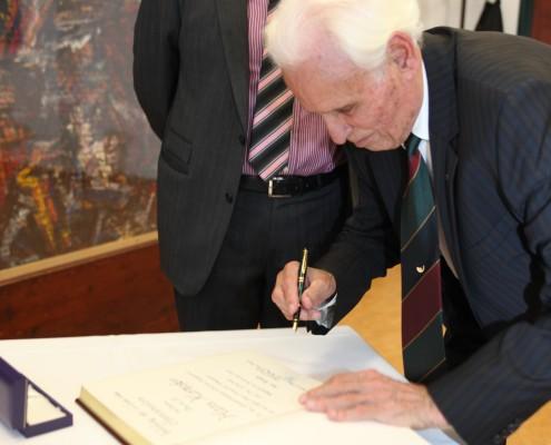 Unterschrift in das Ehrenbuch der Universität | Foto: aau/Hoi