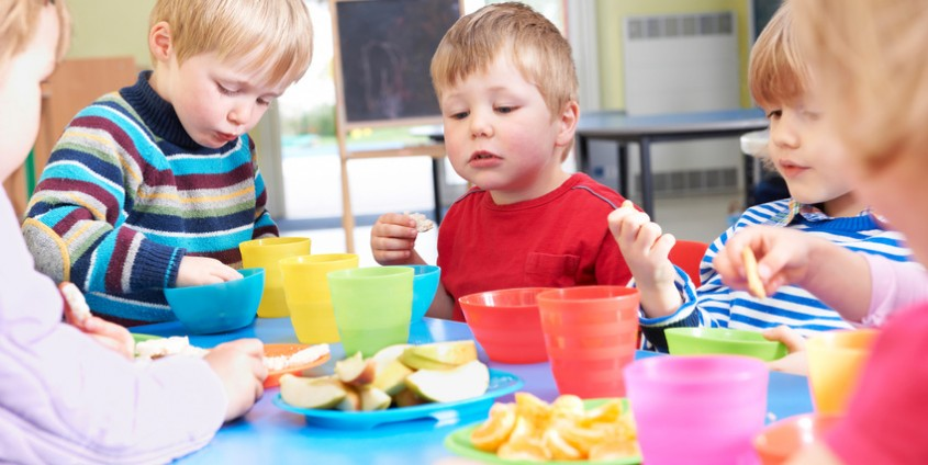 Kinder essen Obst| Foto: highwaystarz/Fotolia.com