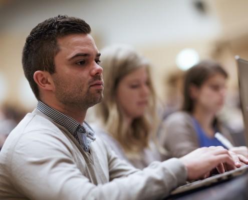 Student im Hörsaal A | Foto: aau/tinefoto.com
